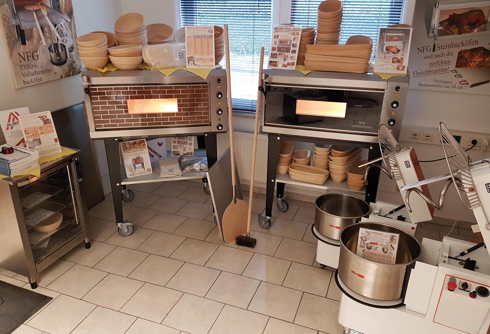 Ausstellungsraum von NFG Gesamtübersicht Brotbackofen elektro Steinbackofen Vollschamotte und Knetmaschine gebraucht Teigknetmaschine