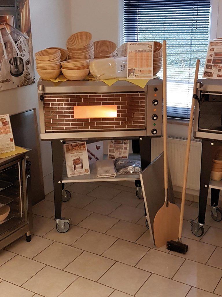 Ausstellungsraum von NFG mit Brotbackofen NBO 2 und brauner Panoramaverglasung auch gebraucht elektro Steinbackofen Vollstein Schamotte Ausstellungsgerät