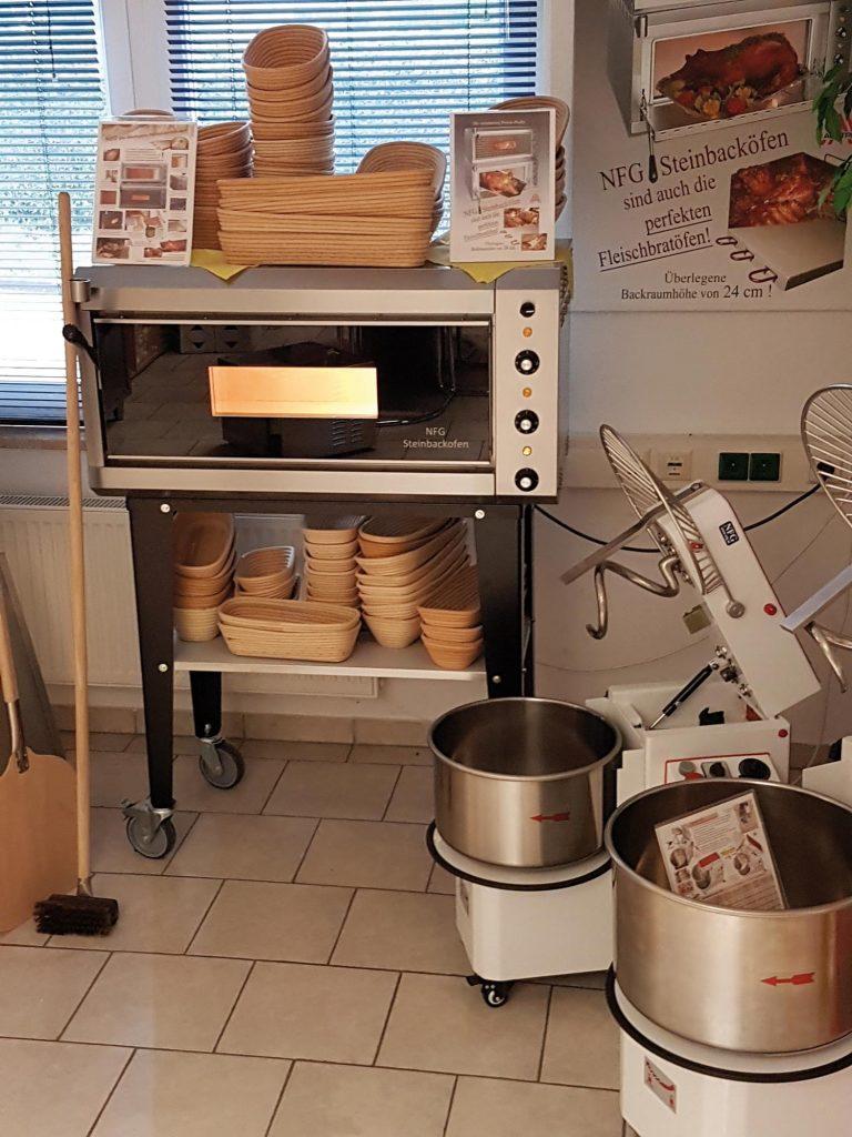 Ausstellungsraum von NFG mit Brotbackofen NBO 2 und schwarzer Panoramaverglasung auch gebraucht elektro Steinbackofen Vollschamotte